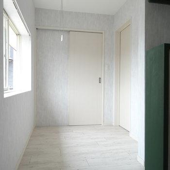 階段を登ると明るい踊り場。正面はLDK。右は洋室につながります。