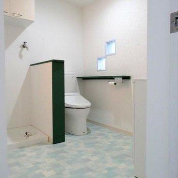 脱衣所にトイレと洗濯機置場。床と小窓にキュンとします♪