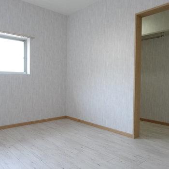 白い空間で明るく感じる。奥はなんだろう?
