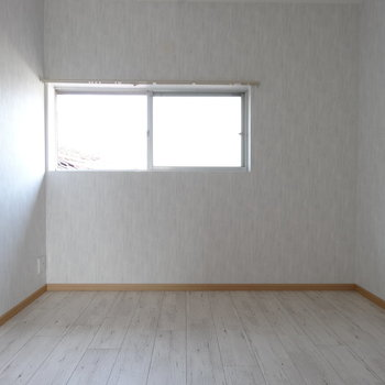 寝室にピッタリの洋室。やわらかい光で目覚められそう。