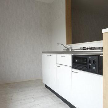 真っ白がオシャレなキッチン。奥に冷蔵庫置けそうです。
