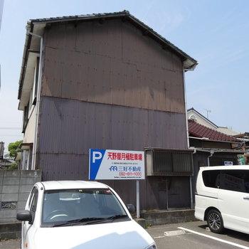 年月を感じる外観。吉塚駅近くです。