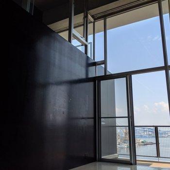 大きな窓から見える圧巻のビュー!(※写真は前回募集時の清掃前のものです)