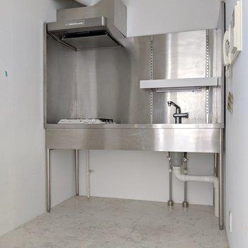 下階の奥にはスタイリッシュなキッチン(※写真は前回募集時の清掃前のものです)