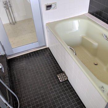 お風呂からもハーバービューが楽しめます。バスタブめっちゃ大きいよ(※写真は前回募集時の清掃前のものです)