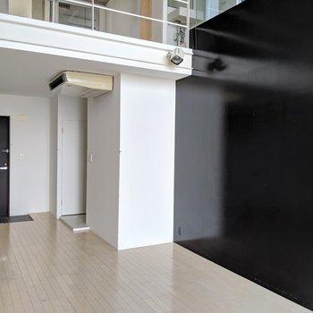 このブラックの壁にモダンアート飾りたいな(※写真は前回募集時の清掃前のものです)