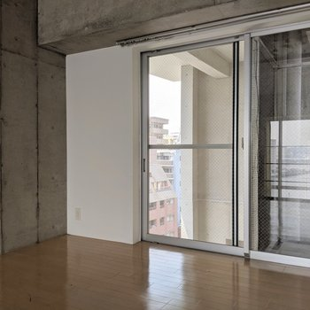 こちら側にも窓。掃き出し窓だけどちょっとしか開かないので安全です。(※写真は前回募集時の清掃前のものです)