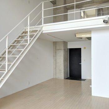 広々〜オープン階段で2階へ上がれます。(※写真は前回募集時の清掃前のものです)
