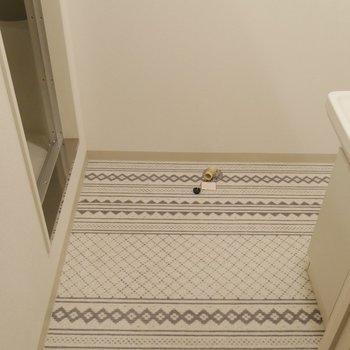 床がかわいい♪洗濯機置き場と脱衣場も兼ねてありますよ!