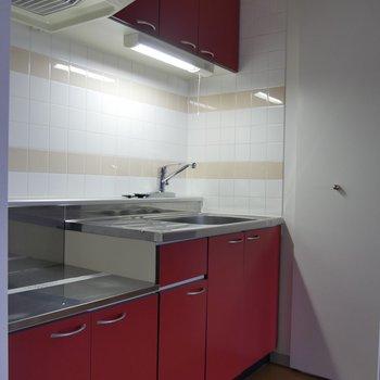 扉を開けると、こちら赤のキッチン〜広々〜!