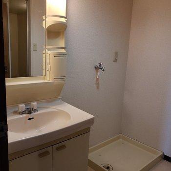 懐かしタイプの洗面台と洗濯機置き場。
