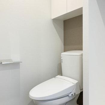 脱衣所の左にトイレです。いかなる時も油断せずに。※写真は6階の同間取り別部屋のものです
