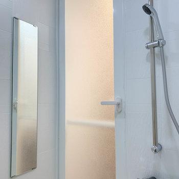 入り口の方に、鏡などもありますぞ。※写真は6階の同間取り別部屋のものです