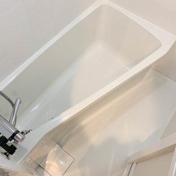 湯船はコンパクトながらも、しっかり足が伸ばせるサイズ※写真は6階の同間取り別部屋のものです