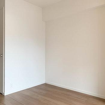 こちらの壁沿いにウォークイン。※写真は6階の同間取り別部屋のものです