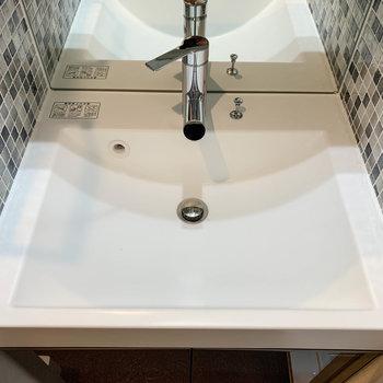 洗面台のタイルが可愛い。※写真は6階の同間取り別部屋のものです