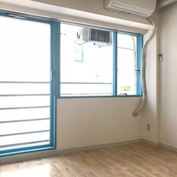 窓枠が鮮やかですね※写真は6階の反転間取り別部屋のものです