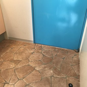 玄関の床がオシャレですね※写真は6階の反転間取り別部屋のものです