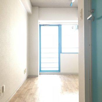 玄関から見ると…※写真は6階の反転間取り別部屋のものです