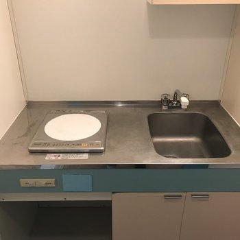 キッチンは1人暮らしサイズですね※写真は6階の反転間取り別部屋のものです