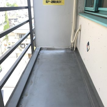 バルコニーはまずまずの広さです※写真は6階の反転間取り別部屋のものです