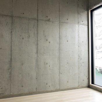 コンクリートの壁がクール ※写真はクリーニング・通電前のものです