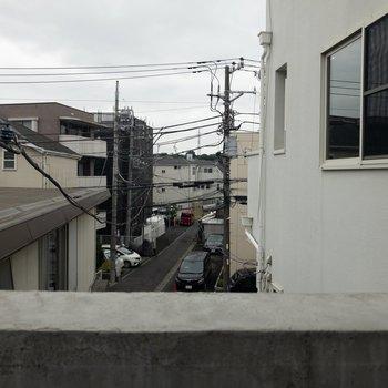 眺望は電柱が見えますが少しひらけていますよ〜 ※写真はクリーニング・通電前のものです