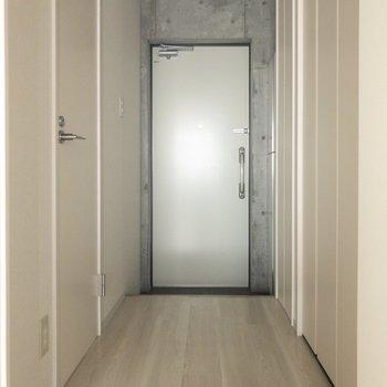 廊下と玄関もスタイリッシュ ※写真はクリーニング・通電前のものです