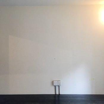白い壁はスクリーンにしたいな。※写真はクリーニング前のものです