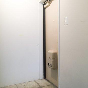 玄関はコンクリートでラフな感じ※写真はクリーニング前のものです