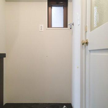 キッチンの後ろに洗濯機置場です。※写真はクリーニング前のものです