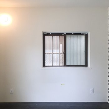 こちら側にベッドを置いて。※写真はクリーニング前のものです