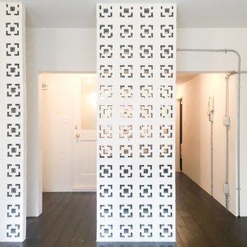 不思議な模様がお部屋を彩ります。※写真はクリーニング前のものです