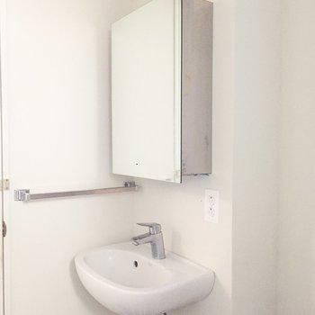 洗面台はシンプル。鏡が収納です。※写真はクリーニング前のものです