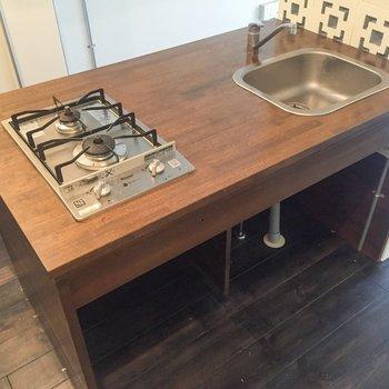 木のキッチン。調理スペースも確保。※写真はクリーニング前のものです