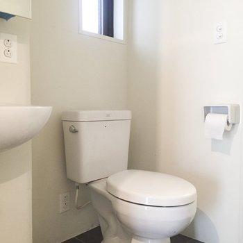 その横にトイレがあります。※写真はクリーニング前のものです