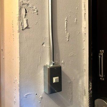 【ディテール】玄関のインダストリアルな電源ボタンもたまらない