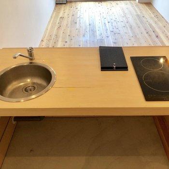 キッチンの向こうに見える無垢床。素敵。