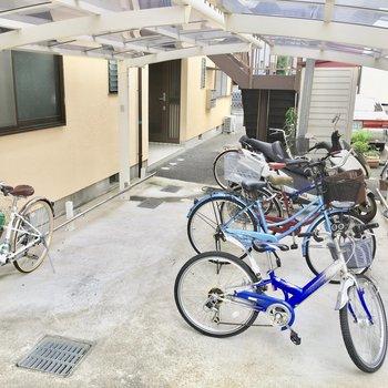 共用部】駐輪場は屋根付きです。