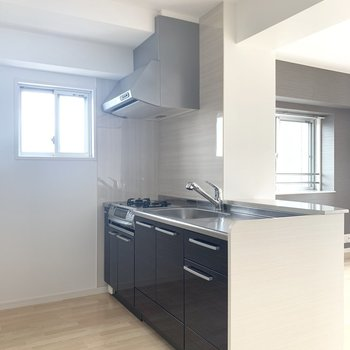 小窓付きキッチン。反対側には冷蔵庫や食器棚を。