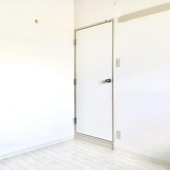 ドアは少しレトロな香りが。