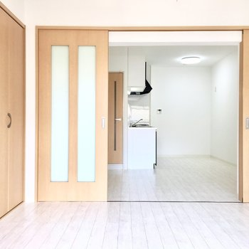 洋室①】ドアを閉めれば料理の匂いの心配もなし。