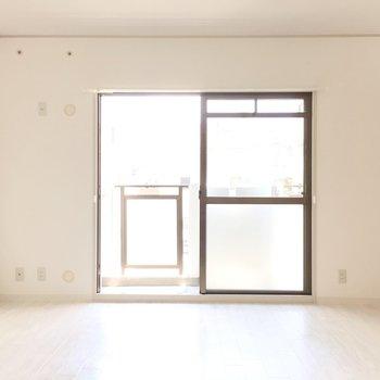 洋室①】お隣の洋室へ。南向きで明るい空間です◎