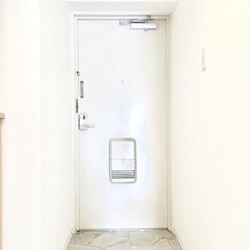 玄関はとってもシンプル。