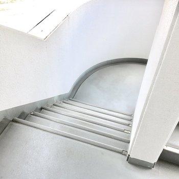 共用部】この階段で上り下りを。