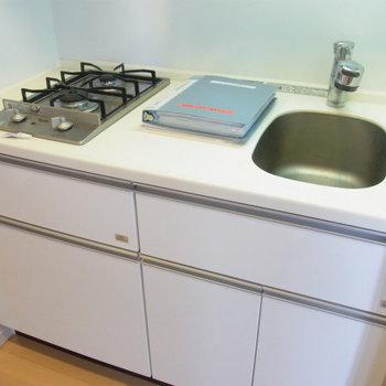 シンプルでおしゃれなキッチンです※写真は4階の同間取り別部屋のものです