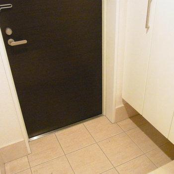 玄関部分、シューズクローゼットも大きめ※写真は4階の同間取り別部屋のものです