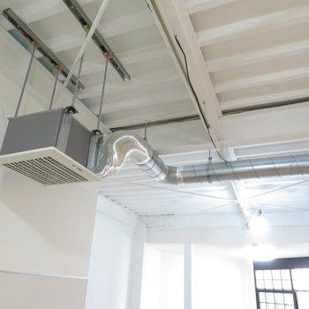 天井には配管が通っています