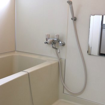 洗い場の広いお風呂。小窓が付いています