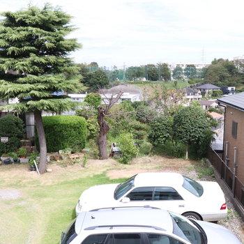 中窓からはお隣の駐車場が見えます